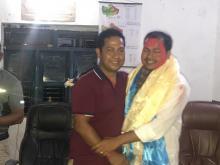 राकेश कुमार राउत लाई बिदाई गर्दै खनियाबास गाउँपालिकाका कम्प्युटर अपरेटर दिपक खड्का