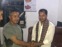 राकेश कुमार राउत लाई बिदाई गर्दै खनियाबास गाउँपालिकाका अध्यक्ष रणबहादुर तामाङ्ग